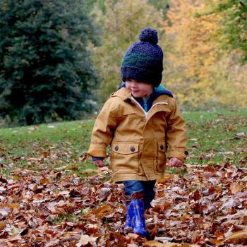 Kind im Herbst