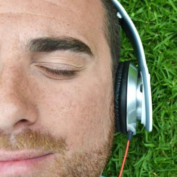 Mann mit Kopfhörern